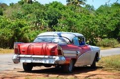 Carro americano em Puerto Esperanza, Cuba imagens de stock