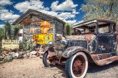 Carro antigo de Route 66 ao lado de uma parada velha ao longo da estrada histórica imagem de stock