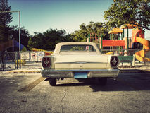 Carro antigo do carro do brinquedo no parque de estacionamento Imagens de Stock