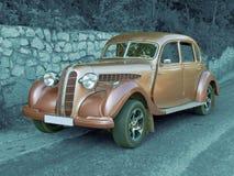 Carro antigo do vintage (colorido) no fundo monocromático (estrada) Imagens de Stock Royalty Free