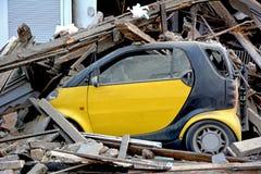 Carro após a explosão da casa Imagens de Stock Royalty Free
