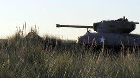 Carro armato americano di M4 Sherman su un campo nella sera Fotografia Stock Libera da Diritti