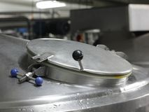 Carro armato d'argento coperto di processo dell'acciaio inossidabile Fotografie Stock
