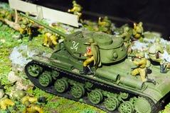 Carro armato dei periodi della guerra mondiale con i fanti Fotografie Stock