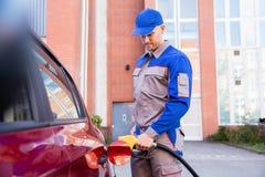 Carro armato del ` s dell'automobile di rifornimento di carburante dell'uomo Fotografia Stock Libera da Diritti