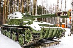 Carro armato militare in una foresta fotografie stock libere da diritti