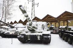 carro armato nella neve sulla via Fotografia Stock