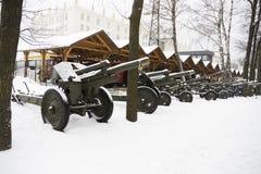 carro armato nella neve sulla via Immagine Stock