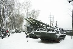 carro armato nella neve sulla via Fotografia Stock Libera da Diritti