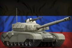 Carro armato pesante sui precedenti della bandiera nazionale della repubblica popolare di Donec'k illustrazione 3D illustrazione di stock
