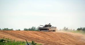 Carro armato russo sulla terra Immagini Stock