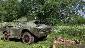 Carro armato sporco in foresta video d archivio