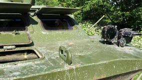 Carro armato sporco in foresta stock footage