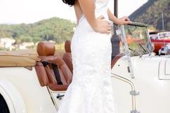 Carro ascendente da noiva e clássico próximo no fundo fotografia de stock