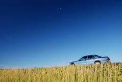 Carro azul, céus azuis imagem de stock royalty free