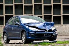 Carro azul causado um crash fotografia de stock royalty free
