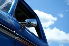 Carro azul con el cielo azul Imagenes de archivo