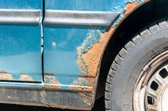 Carro azul corroído danificado com o ascendente próximo riscado da pintura e da oxidação fotografia de stock