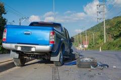 Carro azul do acidente na rua Fotografia de Stock Royalty Free