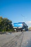 Carro azul do acidente na rua Foto de Stock Royalty Free