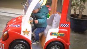 Carro azul do brinquedo da atração editorial ilustrativa do carro da rua no movimento lento video estoque