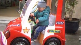 Carro azul do brinquedo da atração editorial ilustrativa do carro da rua no movimento lento filme
