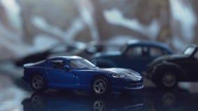 Carro azul do brinquedo dos esportes no fundo de carros do brinquedo vídeos de arquivo