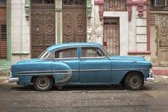Carro azul em Havana em um dia chuvoso Foto de Stock Royalty Free