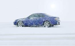 Carro azul no winte fotos de stock