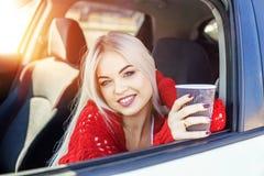 Carro bebendo do latte da jovem mulher na manhã laughter Conceito imagens de stock
