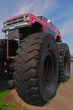 Carro Bigfoot do monster truck com gigante Front Wheel imagens de stock royalty free