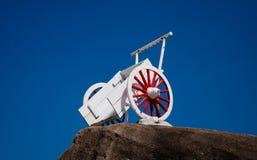 Carro blanco en roca Imágenes de archivo libres de regalías