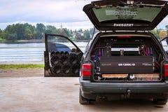 Carro bombeado VW Passat, amplificadores da música, oradores foto de stock