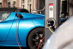 Carro bonde azul novo de carregamento Fotos de Stock Royalty Free