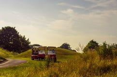 Carro bonde no campo de golfe, lazer ativo, esporte quieto, com referência a foto de stock