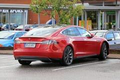 Carro bonde vermelho do modelo S P85D de Tesla estacionado Fotos de Stock