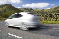 Carro borrado na estrada da montanha, Reino Unido Foto de Stock Royalty Free