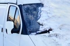 Carro branco coberto com o monte de neve No inverno fora fotos de stock royalty free