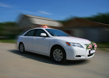 Carro branco do casamento Fotografia de Stock Royalty Free