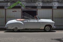 Carro branco em Havana velho, Cuba Foto de Stock