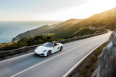 Carro branco na estrada da montanha com borrão da velocidade Fotos de Stock