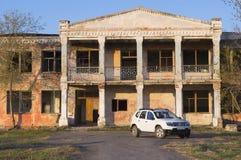 Carro branco no fundo de uma construção abandonada Fotos de Stock Royalty Free
