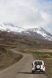 carro 4x4 branco no lado da estrada em Islândia Fotografia de Stock