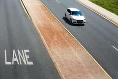 Carro branco que move sobre a pista esquerda da estrada, vista superior austrália fotografia de stock