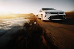 Carro branco Toyota Camry XV50 Fotos de Stock
