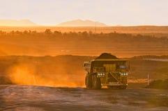 Carro carbonífero en luz anaranjada de la mañana Imágenes de archivo libres de regalías