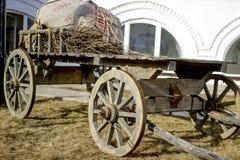 Carro carregado de madeira no pátio de uma casa velha Fotos de Stock Royalty Free