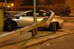 Carro causado um crash sob a barreira imagens de stock