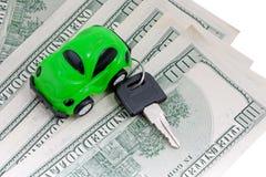 Carro, chaves e dinheiro do brinquedo isolados Fotos de Stock