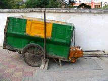Carro chinês para o lixo foto de stock